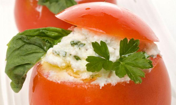 Receta de Tomates rellenos de queso, piñones y albahaca