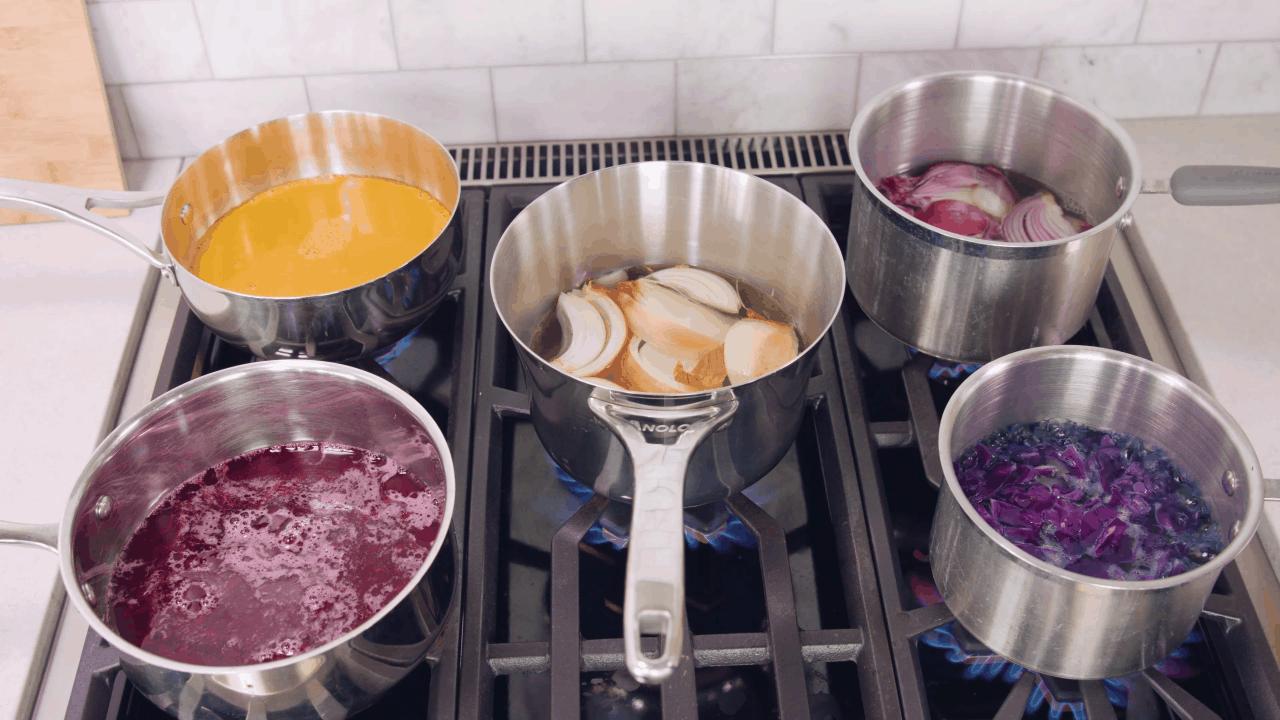 Cinco ollas en la estufa, cada una con diferentes ingredientes.