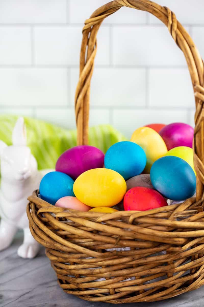 Una canasta llena de huevos teñidos.
